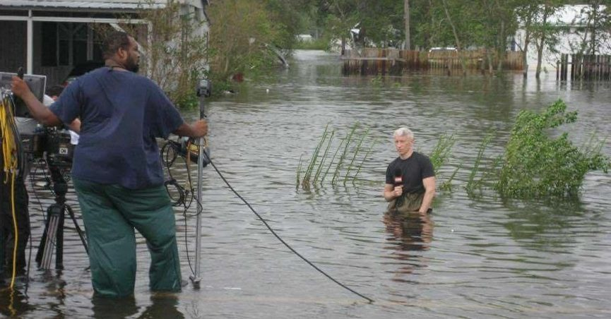 Is This Anderson Cooper Standing in a Ditch While Reporting