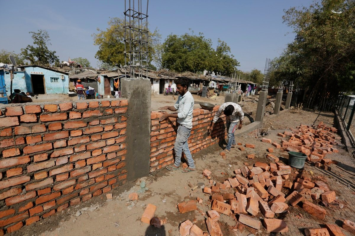 India Hastily Builds Wall Along Slum Ahead of Trump Visit - snopes
