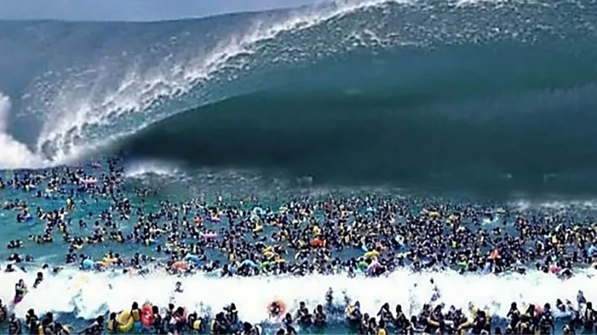 No, This Is Not a Huge Tsunami Headed Toward a Crowded Beach
