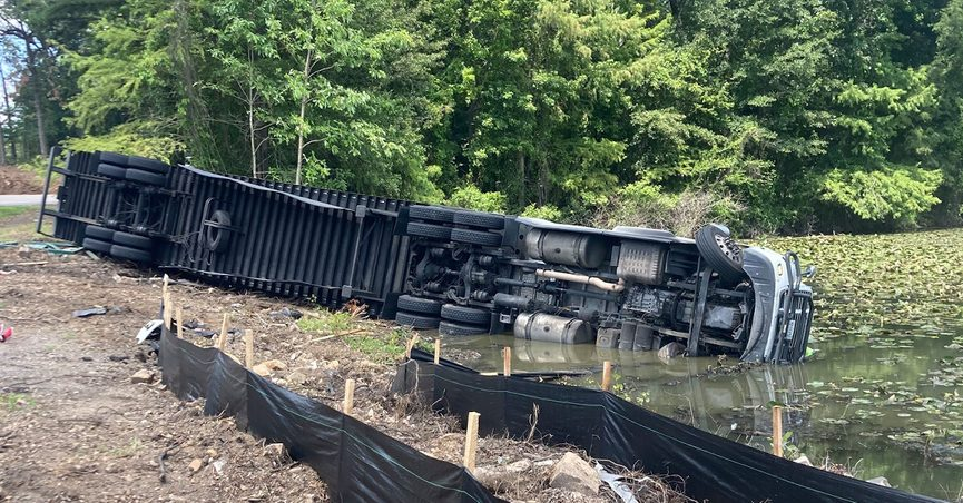 The claim is that a truck carrying 20000 pounds of Ramen noodles crashed into a lake in Arkansas.
